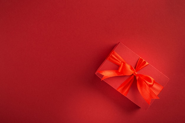 Giorno di madri di san valentino contenitore di regalo rosso sulla vista superiore del fondo rosso