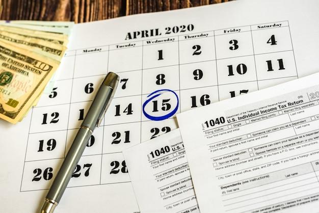 Giorno di pagamento delle tasse, segnato su un calendario il 15 aprile 2020