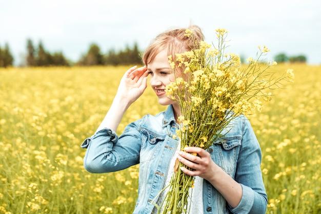 Giorno di primavera. donna felice giornata di sole estivo. libertà e sogno.