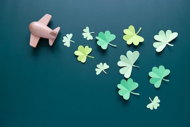 Giorno di san patrizio, fortuna acetosella su uno sfondo verde
