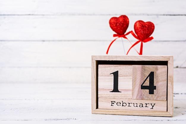 Giorno di san valentino. calendario in legno con sopra il 14 febbraio.