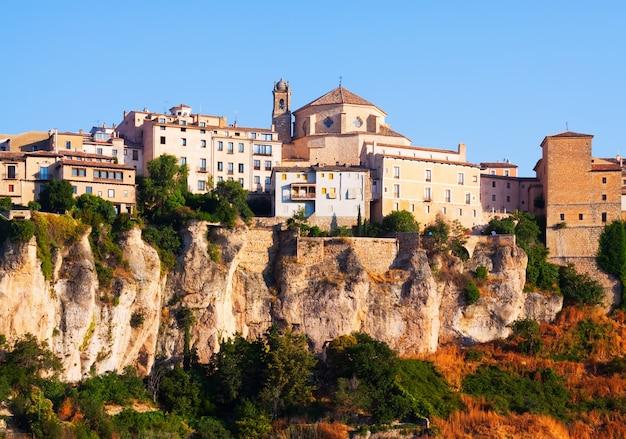 Giorno vista pittoresca delle case sulla roccia a cuenca