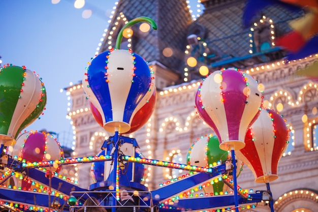Giostra di natale sulla piazza rossa. festa di capodanno e fata. città decorata. vacanze di natale a mosca.