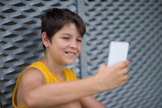 Giovane adolescente usando il suo telefono all'aperto