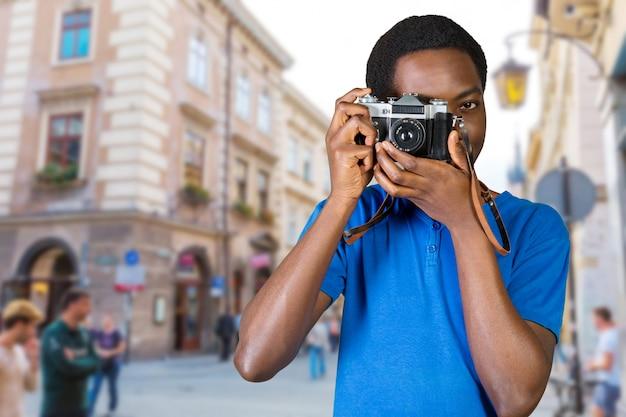 Giovane africano con fotocamera