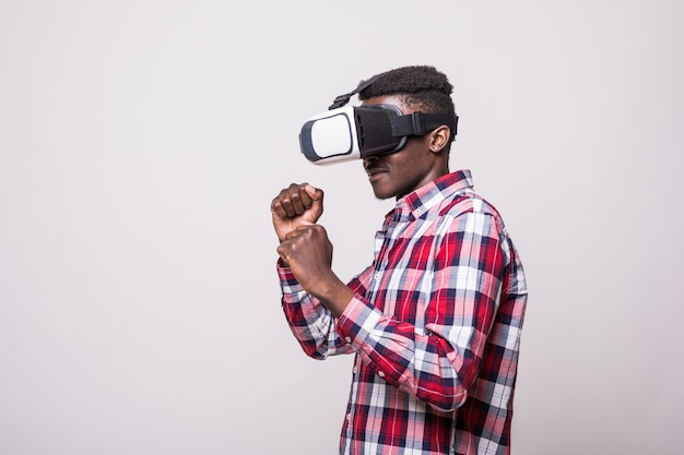 Giovane afroamericano che indossa la boxe delle cuffie da realtà virtuale vr