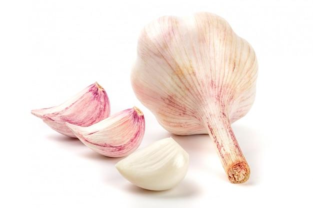 Giovane aglio fresco isolato su bianco