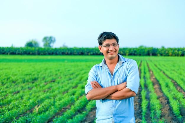 Giovane agricoltore indiano al campo di grano