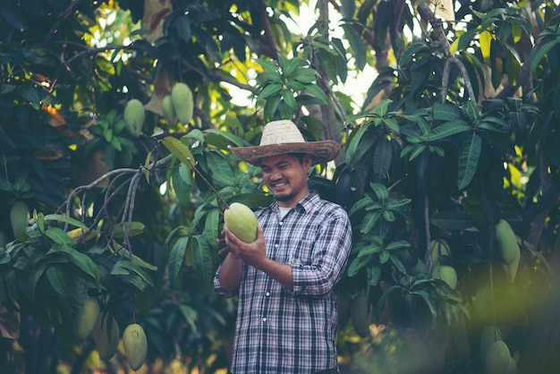 Giovane agricoltore intelligente