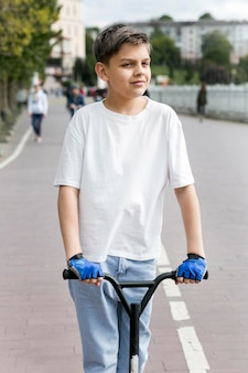 Giovane all'aperto su scooter