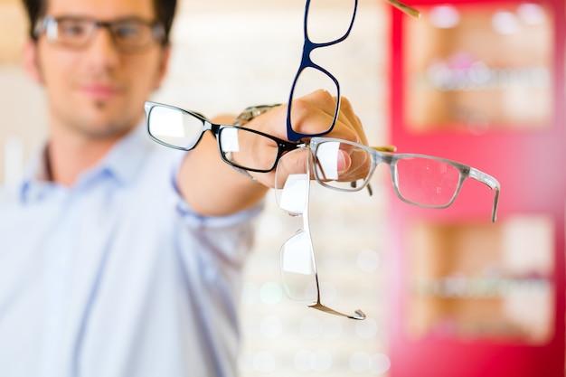 Giovane all'ottico con gli occhiali