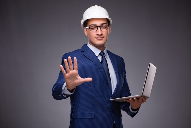 Giovane architetto con laptop