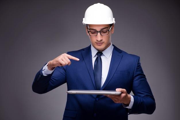 Giovane architetto nel concetto industriale