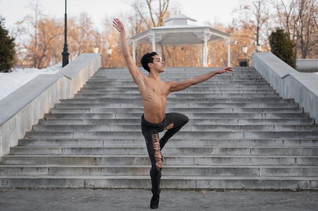Giovane artista esibendosi sul balletto di strada