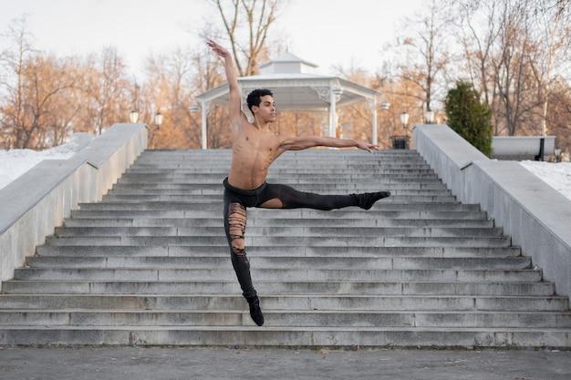 Giovane artista maschio che esegue sul balletto della via