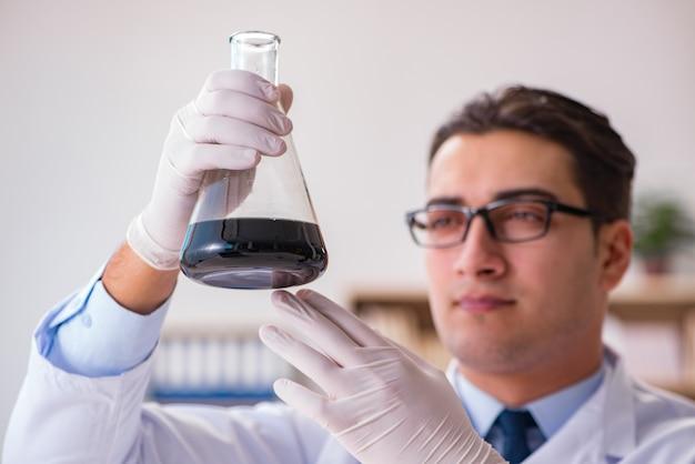 Giovane assistente di laboratorio che lavora in laboratorio