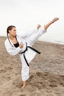 Giovane atleta adatto che si esercita all'aperto