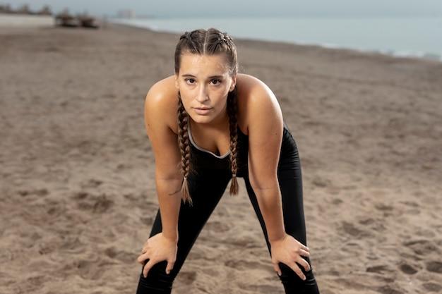 Giovane atleta adatto che si esercita in abiti sportivi