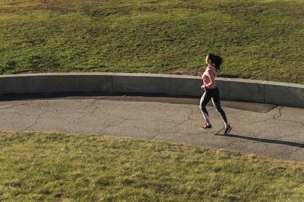 Giovane atleta che corre nel parco