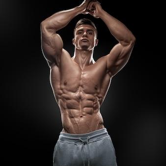 Giovane atletico di potere bello con grande fisico