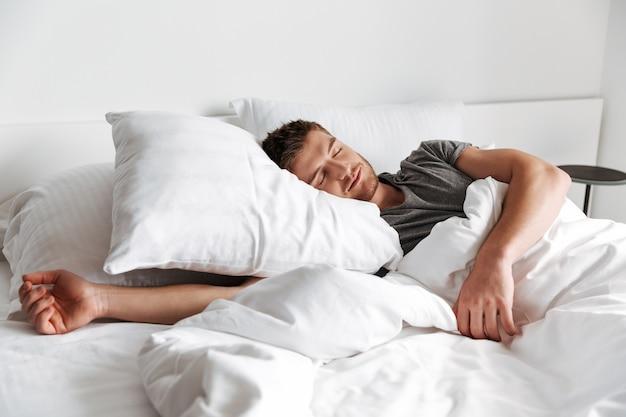 Giovane attraente che dorme