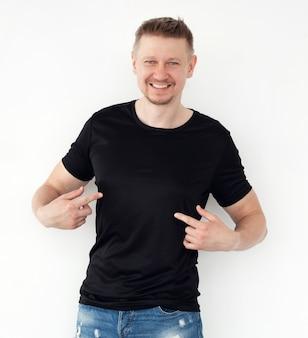 Giovane attraente in una maglietta nera