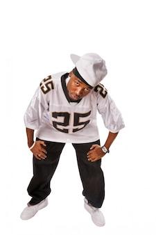 Giovane ballerina di hip-hop in piedi su bianco