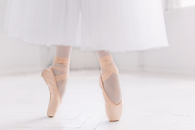 Giovane ballerina, primo piano su gambe e scarpe