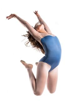 Giovane ballerina saltando