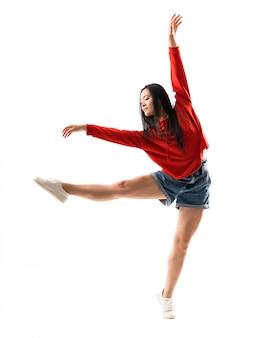 Giovane ballerino asiatico sopra la parete bianca isolata