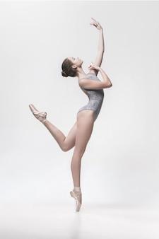 Giovane ballerino classico isolato su bianco.