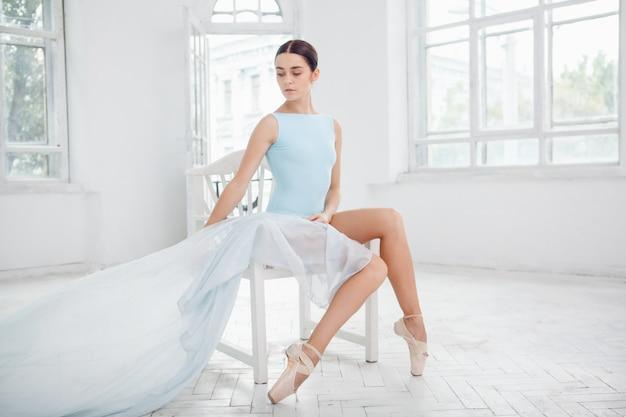 Giovane ballerino di balletto moderno che posa sul fondo bianco