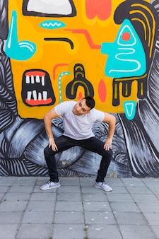 Giovane ballerino hip-hop che balla in strada