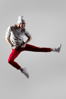 Giovane ballerino saltando