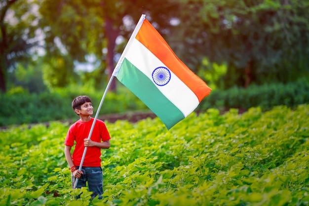 Giovane bambino indiano con bandiera indiana