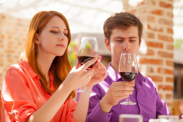 Giovane bella coppia che beve un bicchiere di vino nel ristorante.