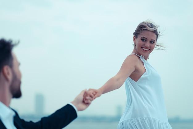 Giovane bella coppia sposata che abbraccia l'yacht in vacanza