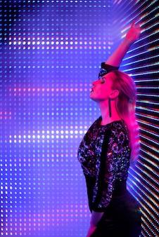 Giovane bella donna alla moda con neon incandescente alla moda, trucco alla moda.
