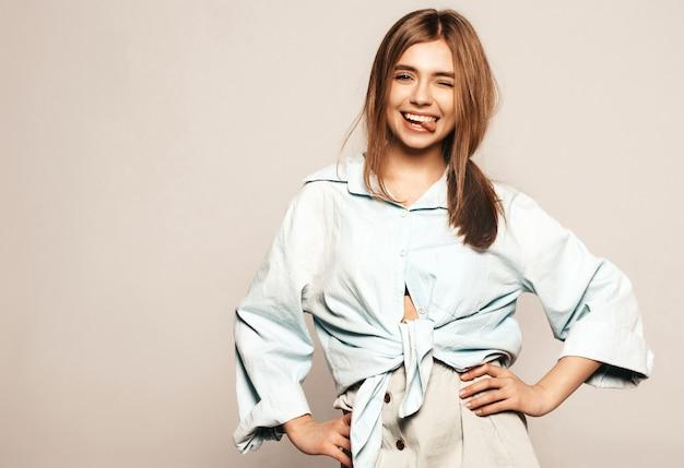 Giovane bella donna alla ricerca. ragazza alla moda in abiti casual estivi. modello divertente positivo. mostra della lingua