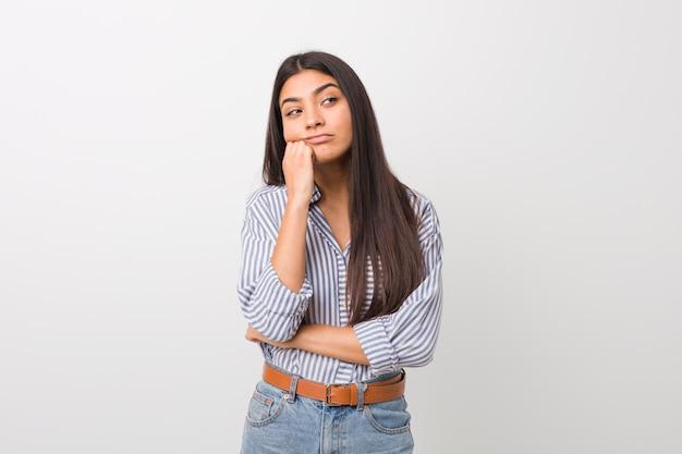 Giovane bella donna araba che si sente triste e pensieroso, cercando copyspace.