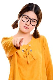 Giovane bella donna asiatica che punta il dito a porte chiuse