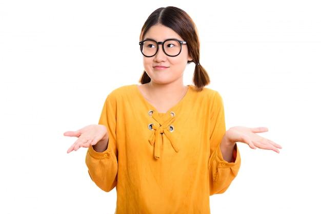Giovane bella donna asiatica premurosa che sembra confusa
