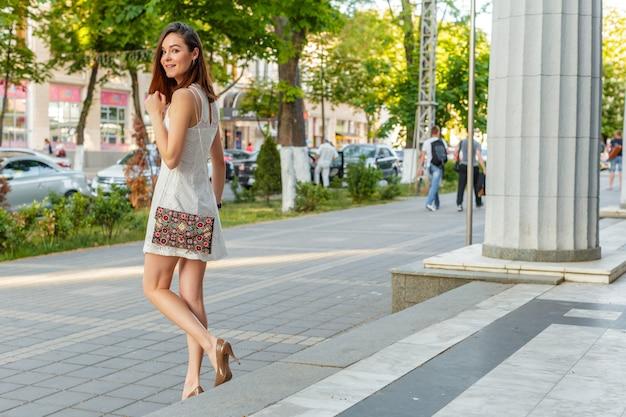 Giovane bella donna caucasica in posa all'aperto in città