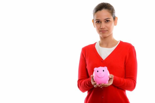 Giovane bella donna che tiene banca piggy