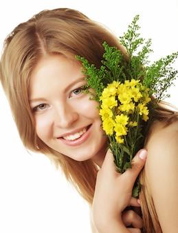 Giovane bella donna con fiori gialli