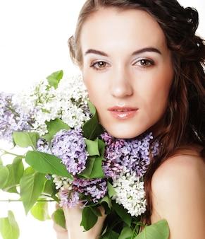 Giovane bella donna con fiori lilla