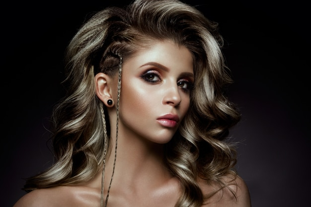 Giovane bella donna con i capelli lunghi ricci