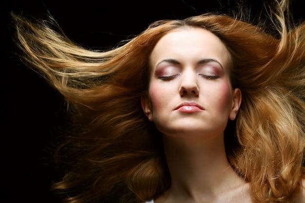 Giovane bella donna con i capelli lunghi