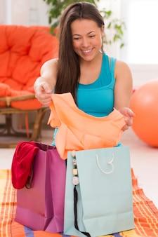 Giovane bella donna con i sacchetti della spesa