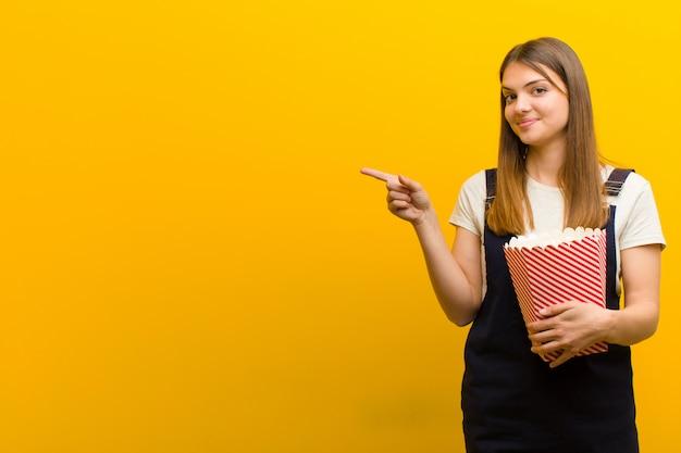 Giovane bella donna con pop corn